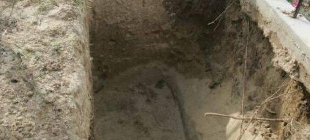 Roasă de sărăcie, o mamă și-a îngropat fiul în curte. Povestea cu iz penal a bătrânei care a refuzat să ia secretul în mormânt