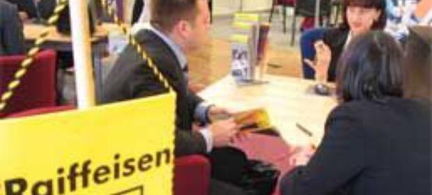 ANPC a amendat Raiffeisen pentru nereguli la creditele în franci elvețieni. Banca trebuie să modifice contractele, dar nu vrea