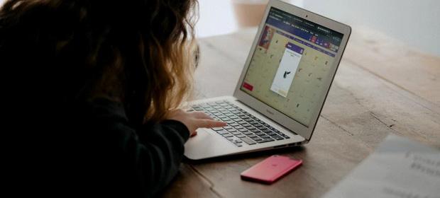 Costurile ascunse platite de părinți pentru educația online au crescut în pandemie
