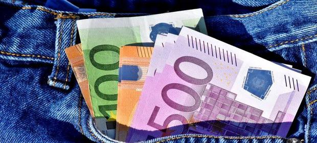 Câți dintre angajaţii români câştigă peste 1.000 de euro net pe lună
